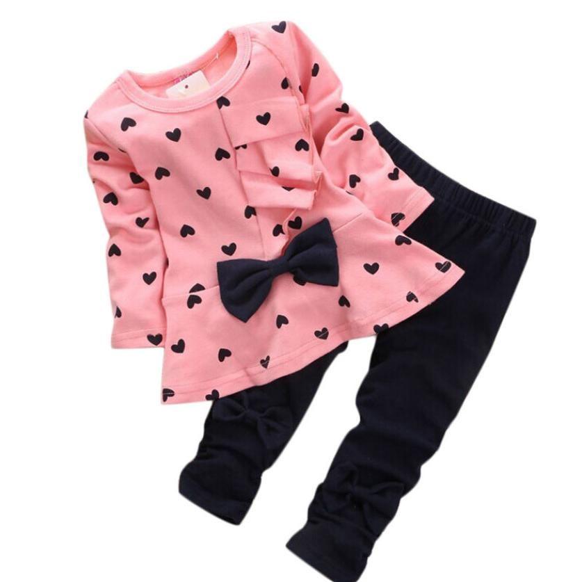 b41dda70f18b5 Pas cher Bébé filles vêtements Définit Coton en forme de Coeur enfants à manches  longues Amour arc noeud casual O cou T shirt + Pantalon costumes fille Tops  ...