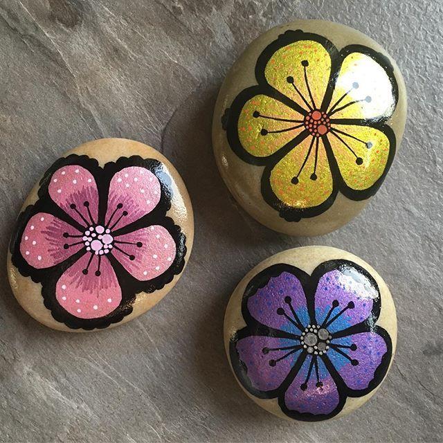 #rockart #posca #paintedstonesofinstagram #paintingstones #paintingrocks #malerpåsten #stoneart #hobby #presents #birthdaypresent #homemade #artsandcrafts #flowers #colours