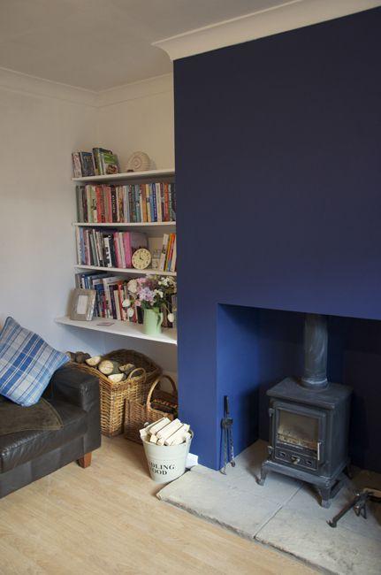 Ein dunkelblauer kamin toll wohnideen in blau living - Wandfarbe dunkelblau ...