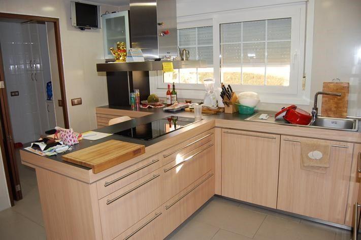 Cocina totalmente amueblada con cuarto de lavado y plancha. Barra ...