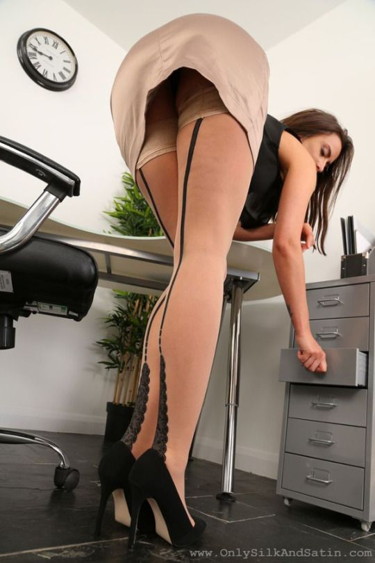 sekretärin in strapsen