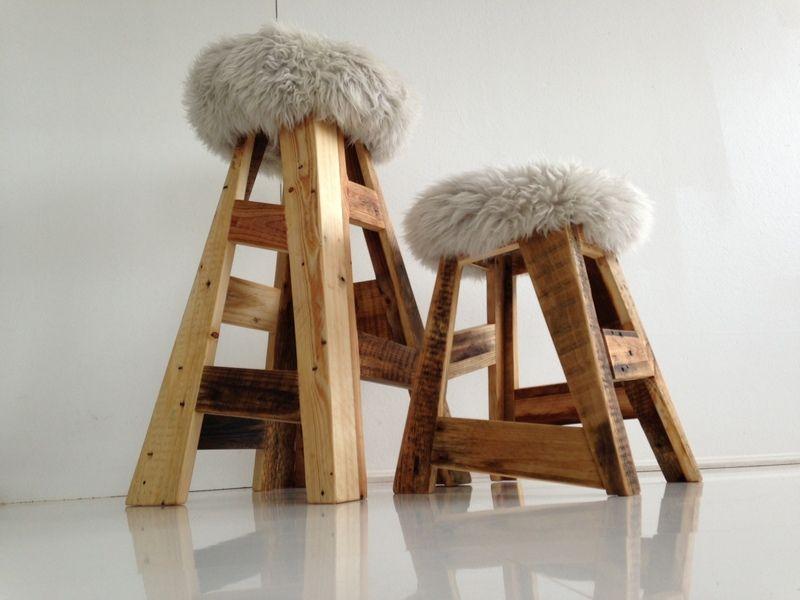 diesen hocker haben wir aus alten industriepaletten und einem schafsfell gebaut die zuf llige. Black Bedroom Furniture Sets. Home Design Ideas