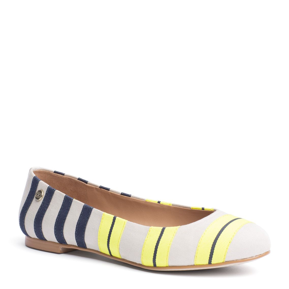 The perfect ballerina for your look. Leather upper with multi-coloured grosgrain stripes. Tommy Hilfiger flag embroidered at the heel. Cotton lining, leather sock lining. Slim tunit outsole.