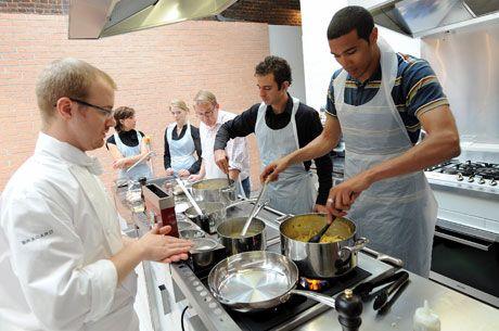 Les Cours De Cuisine Cest La Grande Tendance Cette Photo - Cours de cuisine grand chef