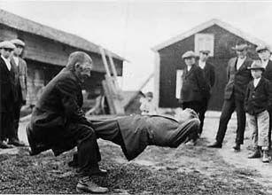 SKS vuotuisjuhlat. Juhannus. Miehen nosto. Kesähuveja kahdelle. Samuli Paulaharjun vuonna 1928 Perhossa kuvaamia kesäpyhien huvituksia.