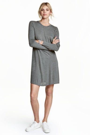 Vestido com mangas compridas: Vestido curto em jersey macio com mangas compridas e saia ligeiramente évasé.