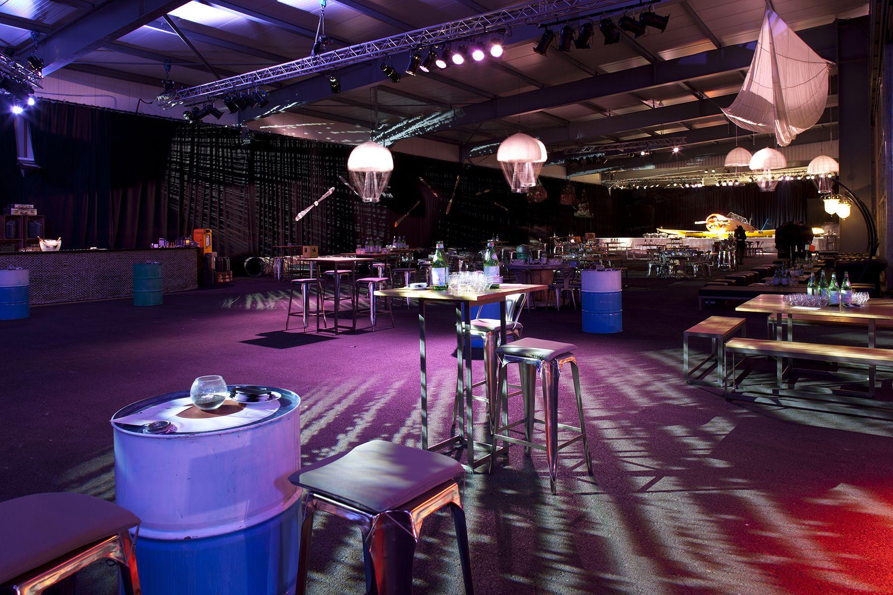 Tabourets métallisés, tables hautes, lampes design, bancs et tables en bois, jeux d'éclairage, un exemple d'une de nos réalisations pour une soirée d'entreprise de la place.  Solutions créatives pour vos évènements. Point Com  Référence: soirée entreprise