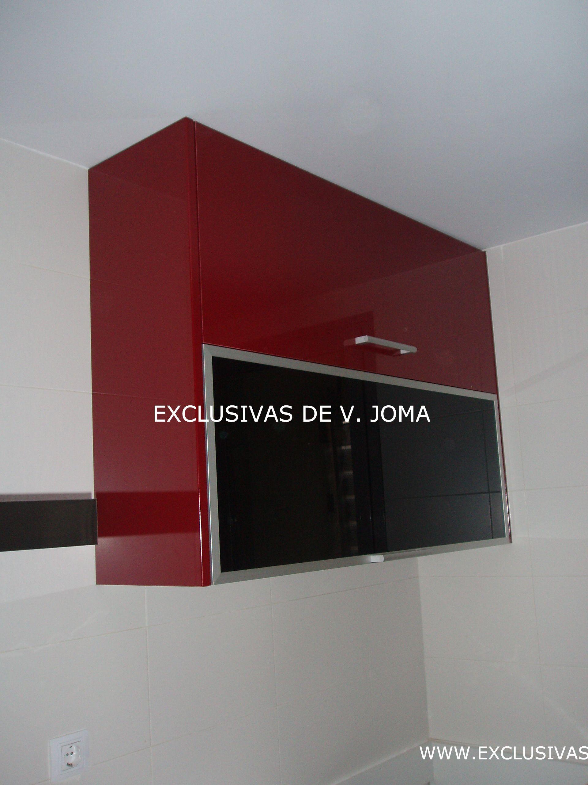 Muebles de cocina en formica alto brillo en color granate for Muebles de cocina y encimeras