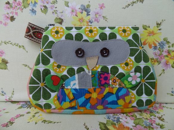 VINTAGE Fabricで制作した梟ポーチ中(ふくたろう)です。カラフルなぽんぽんににょきっと出たお手手。そしてこのなんとも言えない顔!お花の釦もVINT... ハンドメイド、手作り、手仕事品の通販・販売・購入ならCreema。