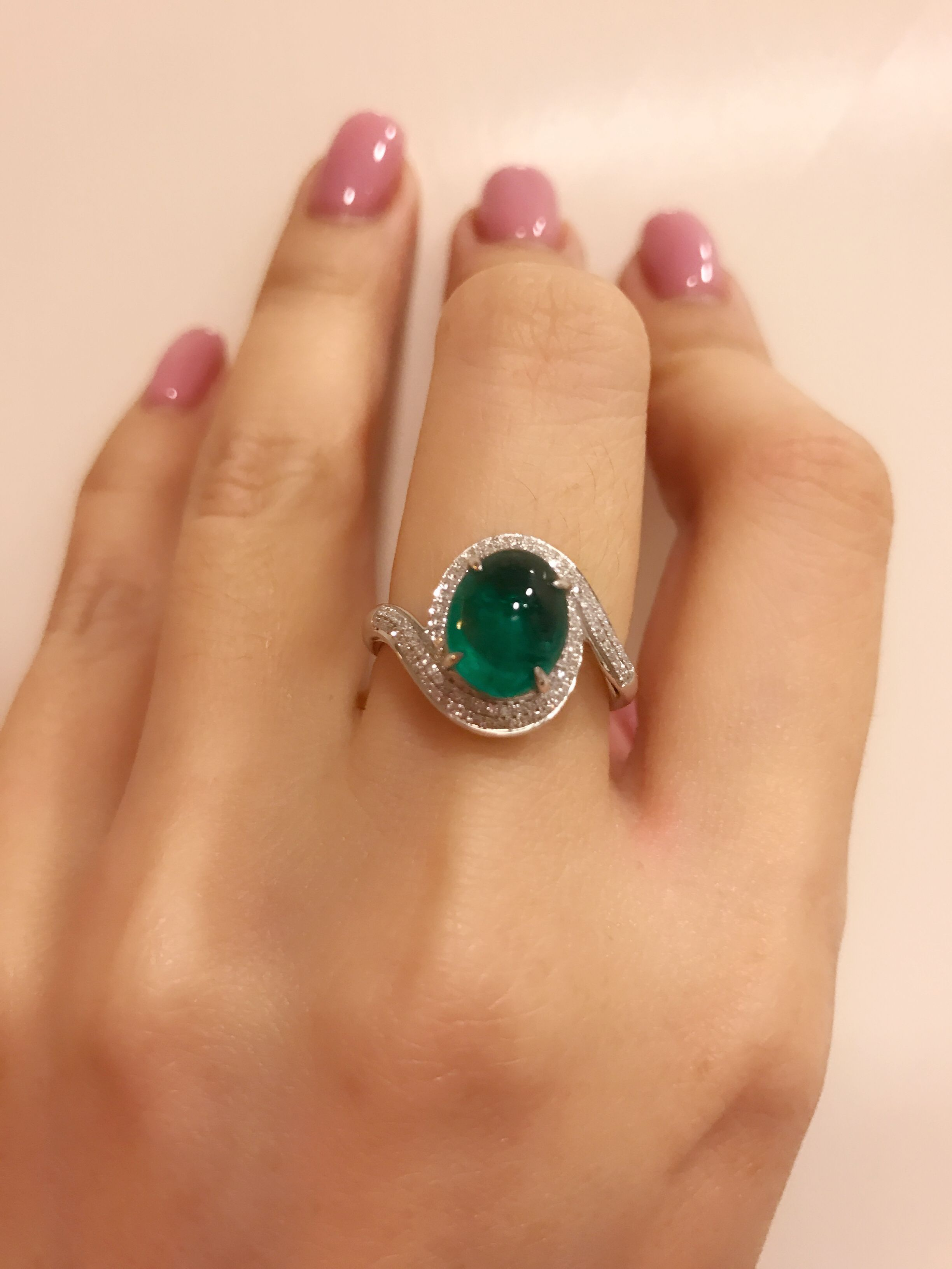 Vivid Green Oval Cabochon Emerald And Diamond Ring The Color Is Really Pretty Like A Candy Gold Ring Designs Jewels Rings Jewelry