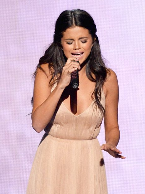 Selena Gomez Cries About Justin Bieber At 2014 Amas See Taylor