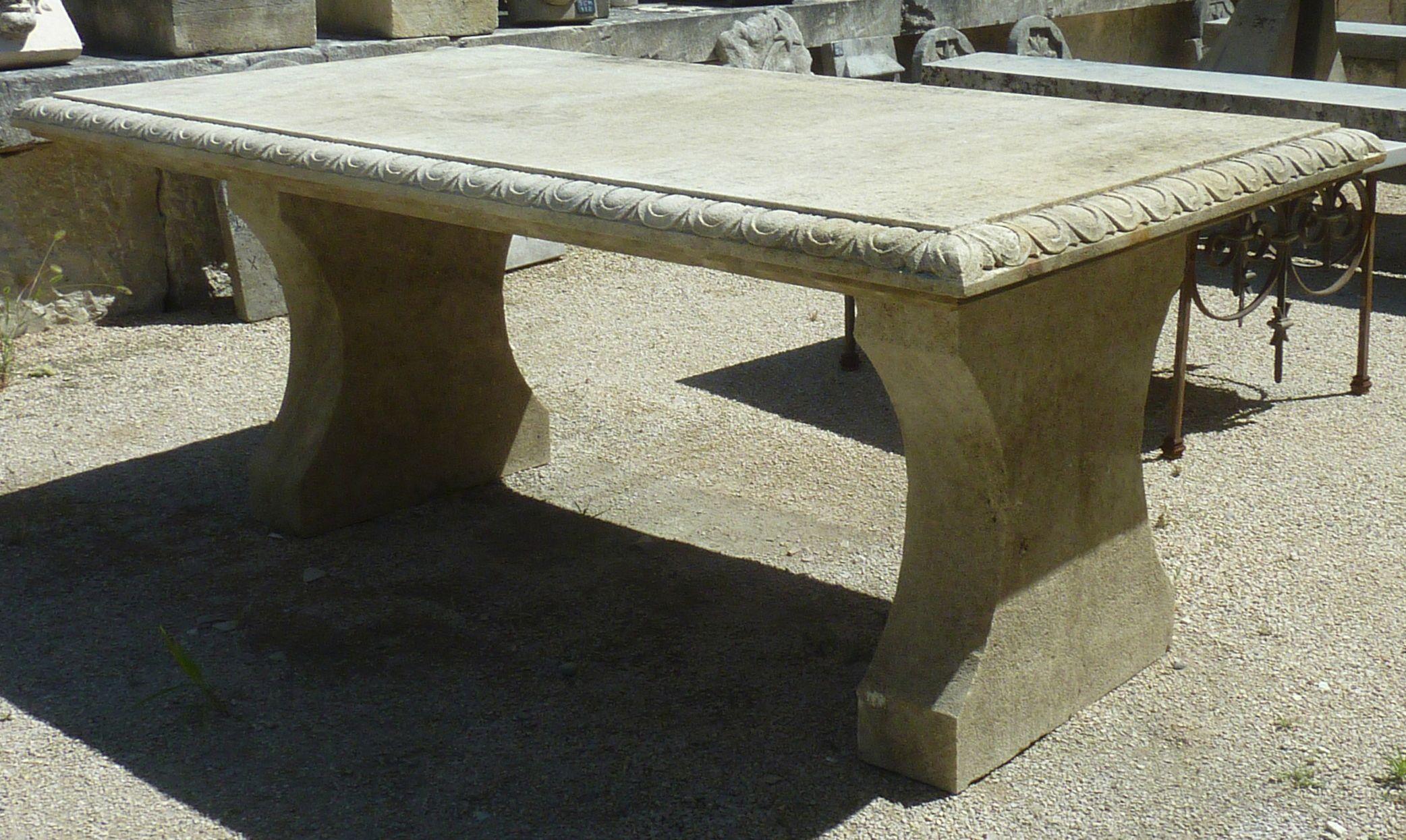 Cette Table En Pierre Naturelle De Provence De 100 X 190 Est De Taille Ideale Pour Accueillir 8 Convives Elle Peut Etre Installee Table De Jardin Table Pierre