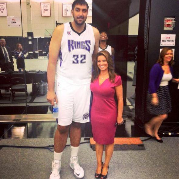 Sacramento Kings 7 5 Sim Bhullar Takes Comical Photo Next To 5 3 Reporter Tall Guys Couple Aesthetic Couple Poses Drawing