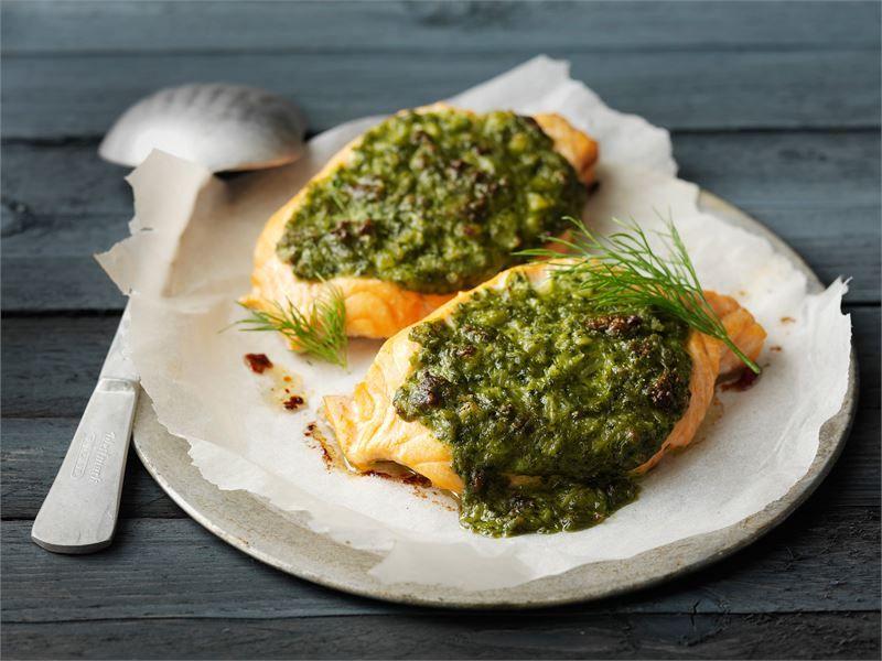Pinaatti-juustotäytteiset lohitaskut sopivat viikonloppuun, mutta valmistuvat helposti myös paremmaksi arkiruoaksi.