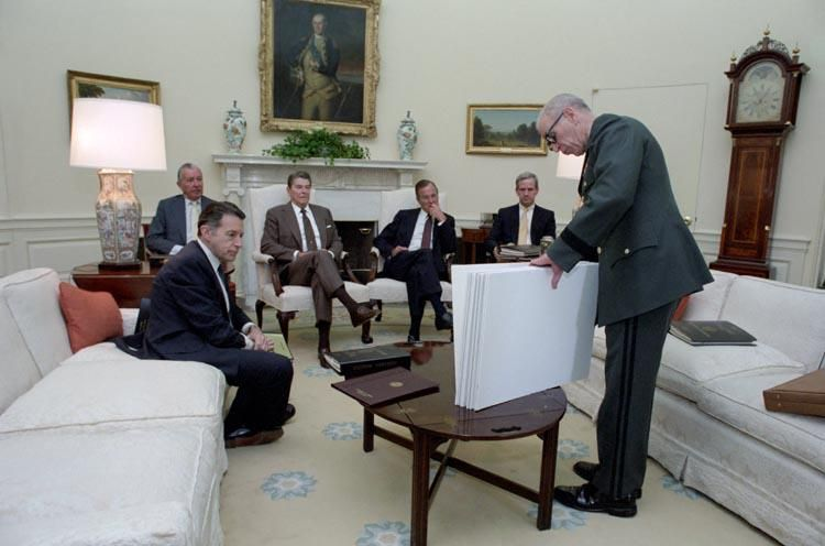 Pres. Reagan, V.P. Bush, Weinberger, Regan & others in the Oval Office, 30 years ago today. http://www.reagan.utexas.edu/archives/photographs/staff.html …