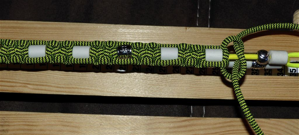 Diy Zeckenhalsband Aus Paracord Mit Em Pipes Midoggy Community Halsband Hund Hundehalsband Halsband