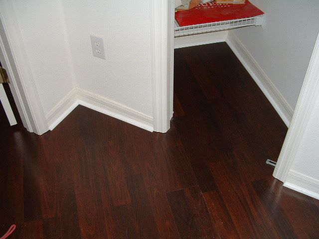 Lowe S Laminate Flooring Lowes Mohawk Georgetown Ebony Plank Dark Wood Is A Beautiful Laminate