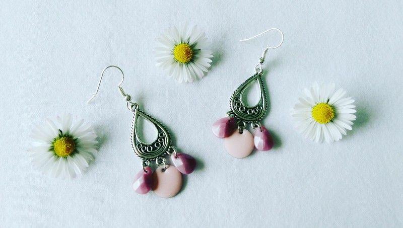 Jolies boucles d'oreilles argentées et rose