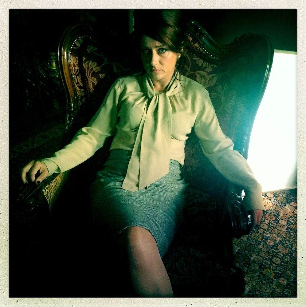 The duke of Burgundy Sidse Babett Knudsen (Cynthia) between takes, chemisier lavallière, jupe droite