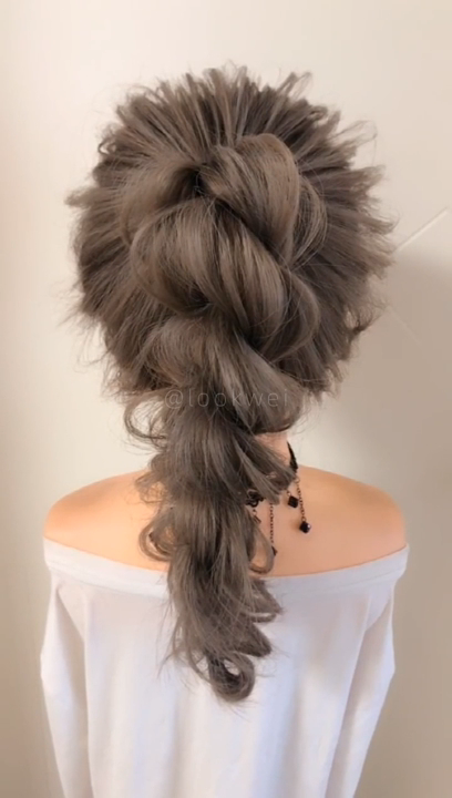 This high ponytail hairstyle is very beautiful.
