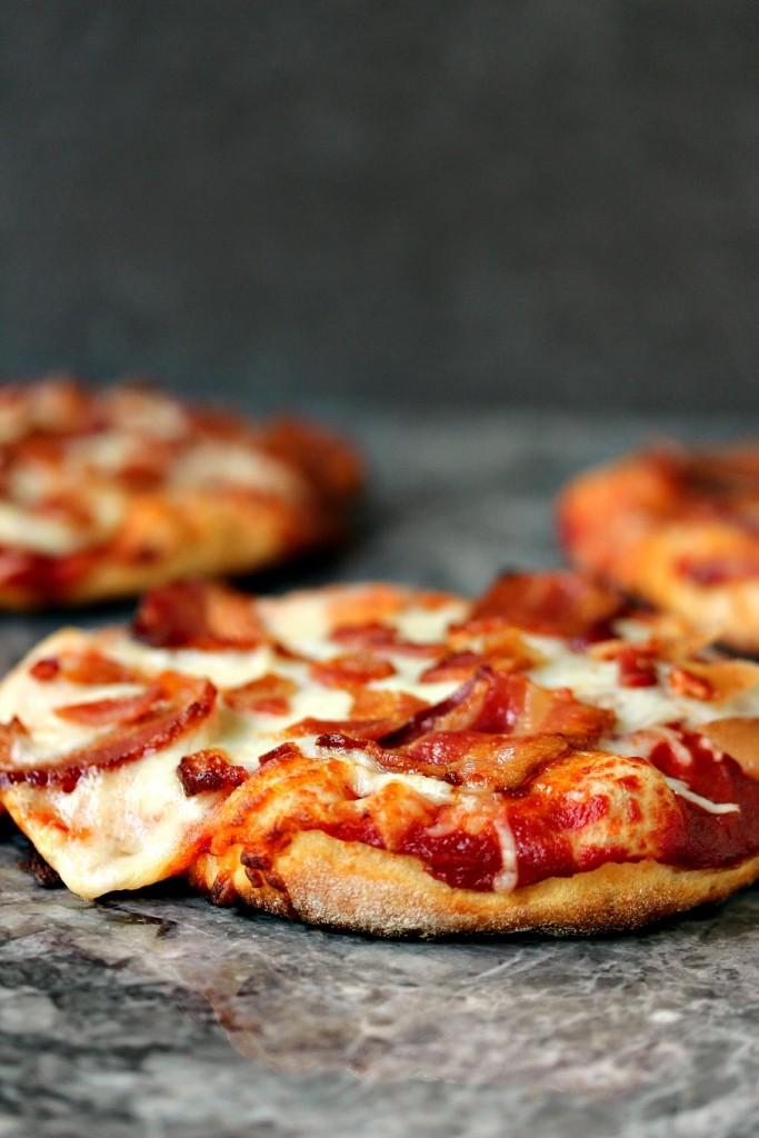 Mini-pizzas grillées au bacon faciles- Quand je fais des pizzas au bacon, jamp#39adore ... Mini-piz