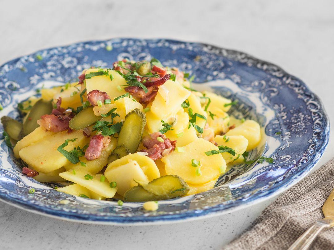 Kartoffelsalat mit brühe und speck