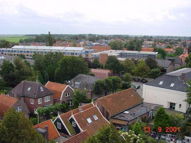 19743: Zicht vanaf de Ned. Herv. Kerk op de Hogeweg (onder), rechts het gebouw van De Kuil (voormalige openbare school) en links aanleunwoningen De Slimp.