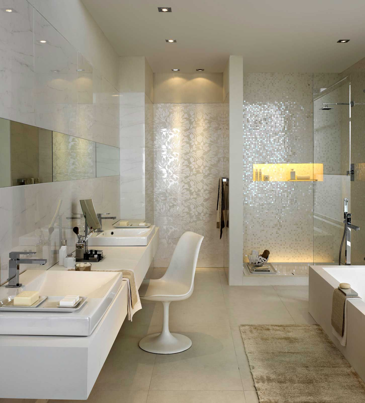 Gemauerte dusche mit glas und beleuchteter nische sowie for Mosaik dusche