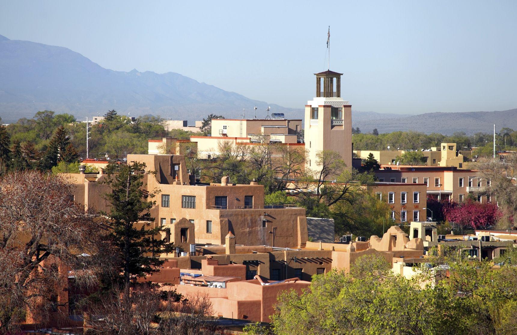 """Når du kommer til Santa Fe, føler du dig hensat til en anden verden. Her er gaderne ikke snorlige, og arkitektonisk fremstår byen meget anderledes end mange andre byer i USA, og faktisk er byen kendt som """"City Different""""."""