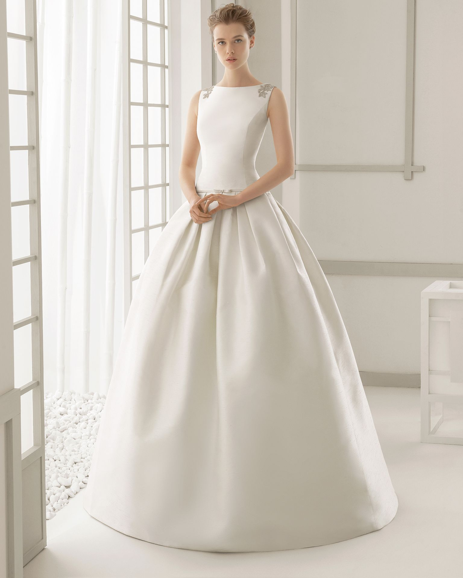 e840a08be DAMASCO vestido de novia en shantung con espalda bordada de pedrería.