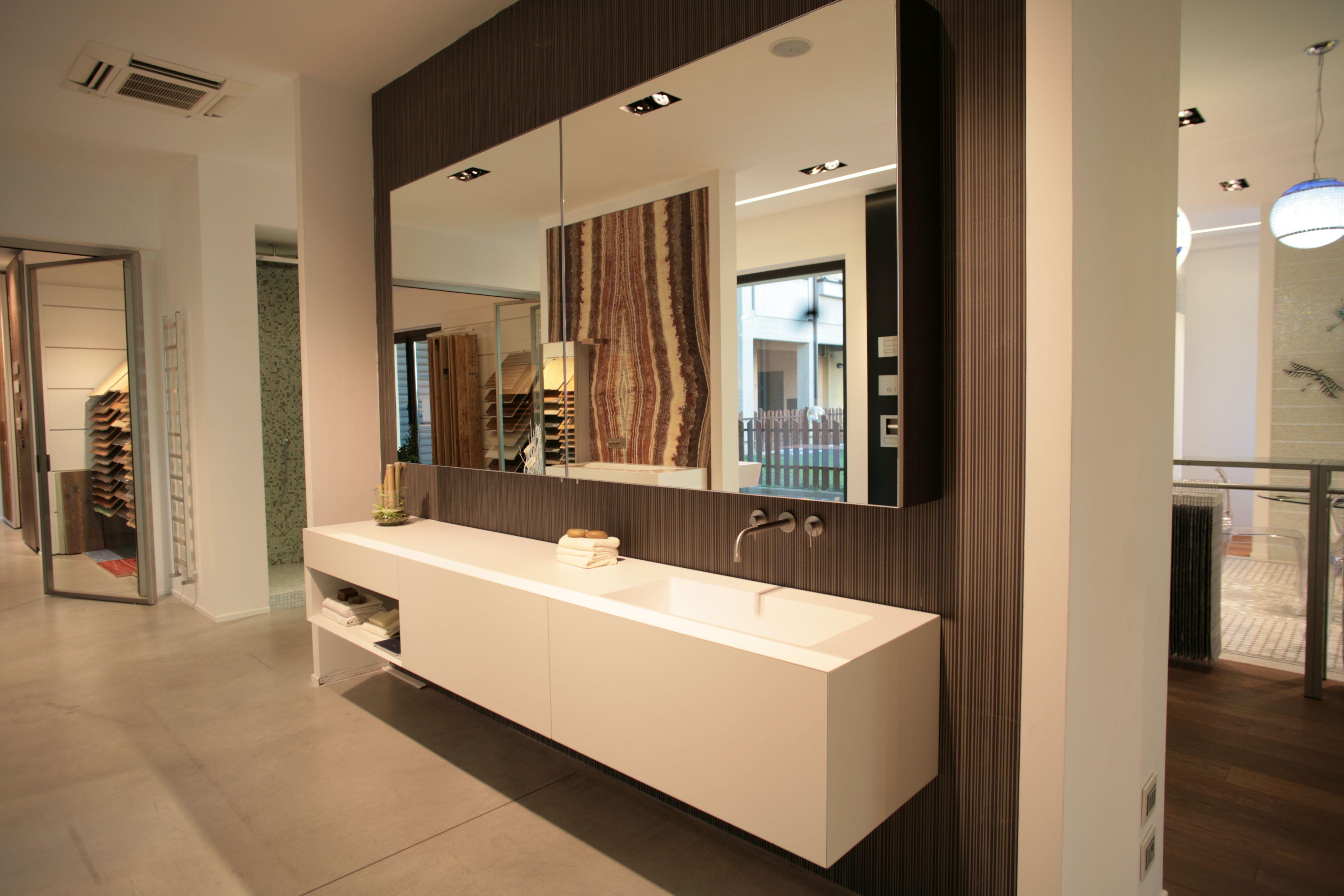 Mobili da bagno, specchio contenitore, top cristalplant, accessori bagno.