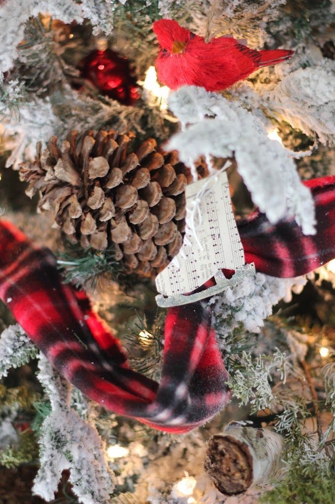 Hello again! We are getting closer and closer to the big day and I can't wait!Today I wanted to share some tips, a few more details of our Christmas tree,and also provide a couple of the 'secrets' ...