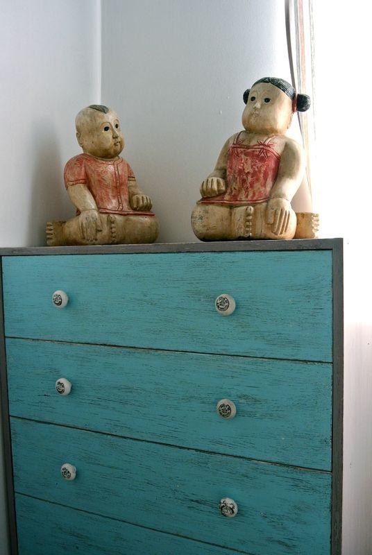 commode en pin relookee en bleu indien