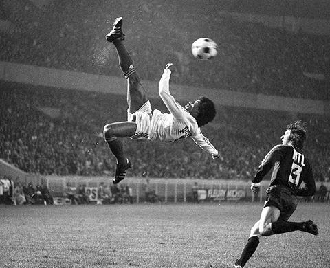 Increible foto de Jairzinho realizando una chilena legendaria para el Olympique de Marseille, Football by ~Mango-addict