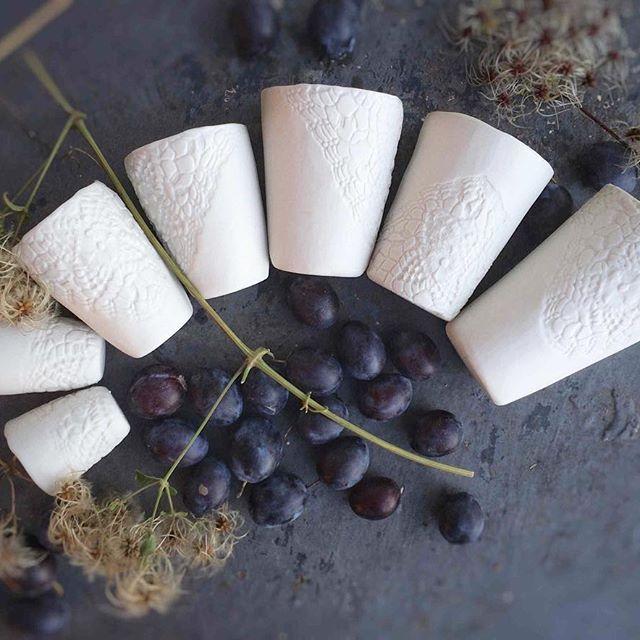 Gigogne de gobelets #porcelain #cup #dentelle #heirloom #coffeecup #teacup #mug #pottery #ceramics #handmade #handcrafted #handbuilt #recuerdos #foodstyling #tableware #homewares #crochet #gold #wabisabi #creditphotomarieroura #myriamaitamarceramics