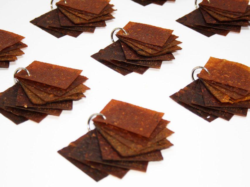 Des échantillons du cuir de fruits.