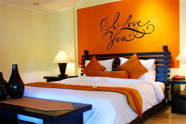 le sticker i love you est une d claration d 39 amour murale disposer dans une chambre parentale. Black Bedroom Furniture Sets. Home Design Ideas