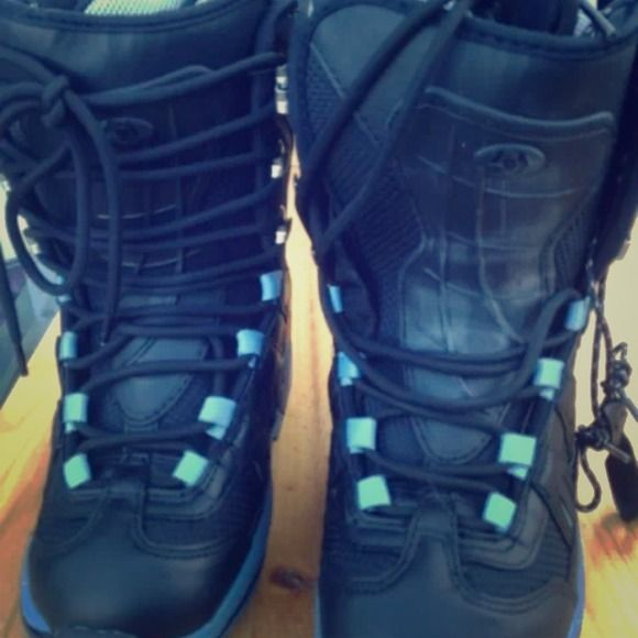 Northwave Freedom Lady snowboard boots - Size 6 Brand new, comes with box.  Tech features: * bi- layer upper w/3S web system * 3D molded tongue * injected I.H.S. * 360 heel hold * metal lace hooks. Any questions please contact me, Than you. Northwave Shoes