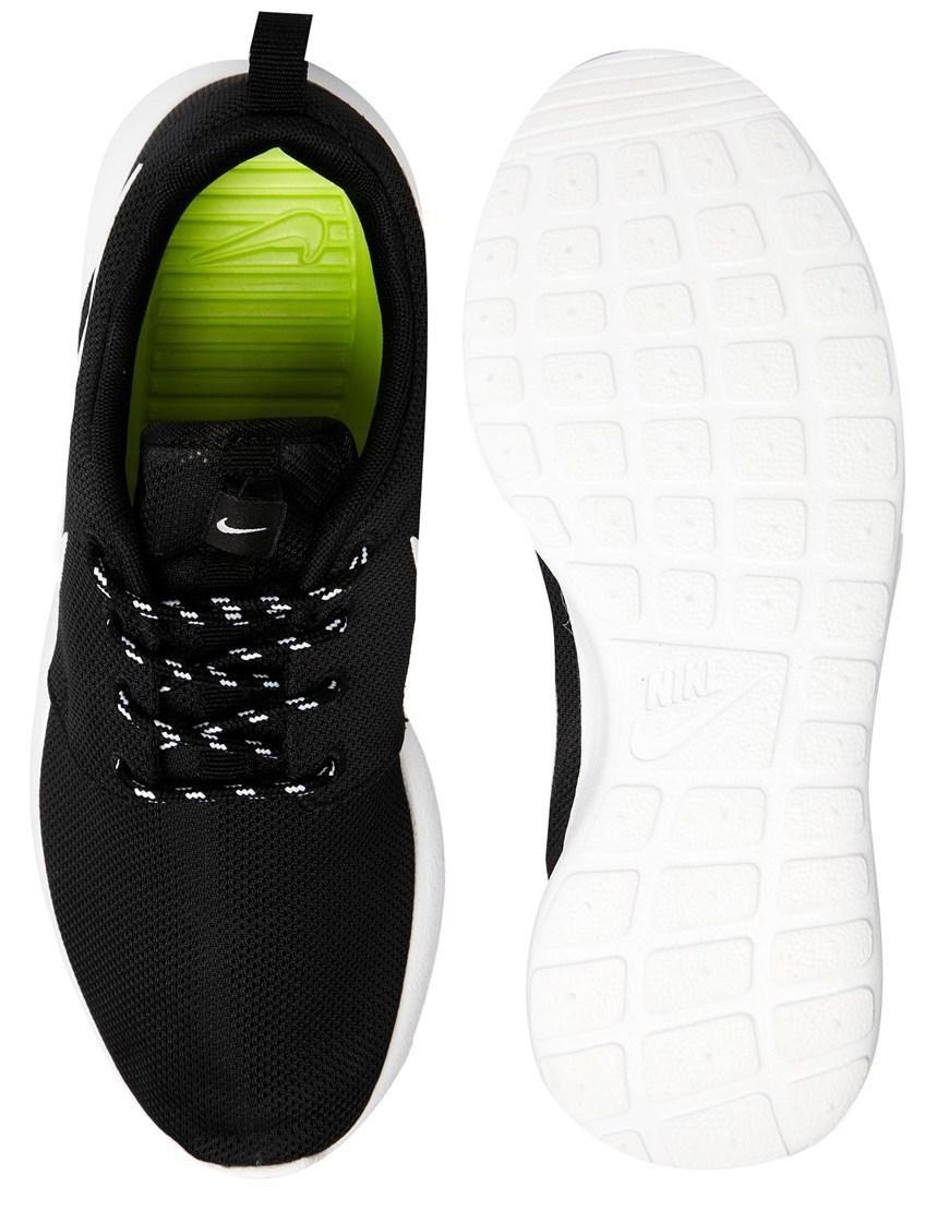 wholesale dealer 65ea8 9ef35 Nike  Zapatillas de deporte negras Rosherun de Nike en ASOS