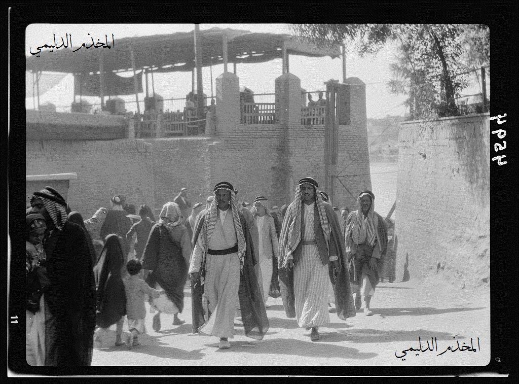 من تراث العراق بلاد ما بين النهرين صورة جميلة وبدقة عالية لمجموعة عبروا نهر دجلة من الكرخ الى جانب الرصافة على جسر الكطعة سنة 19 Baghdad Photo Baghdad Iraq