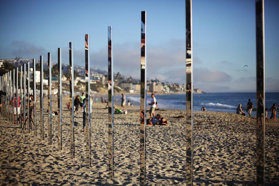 Ustawili 250 Luster Na Plazy Kiedy Zaszlo Slonce Zaczela Sie Magia In 2020 Beach Art Installations Installation Art Landscape And Urbanism