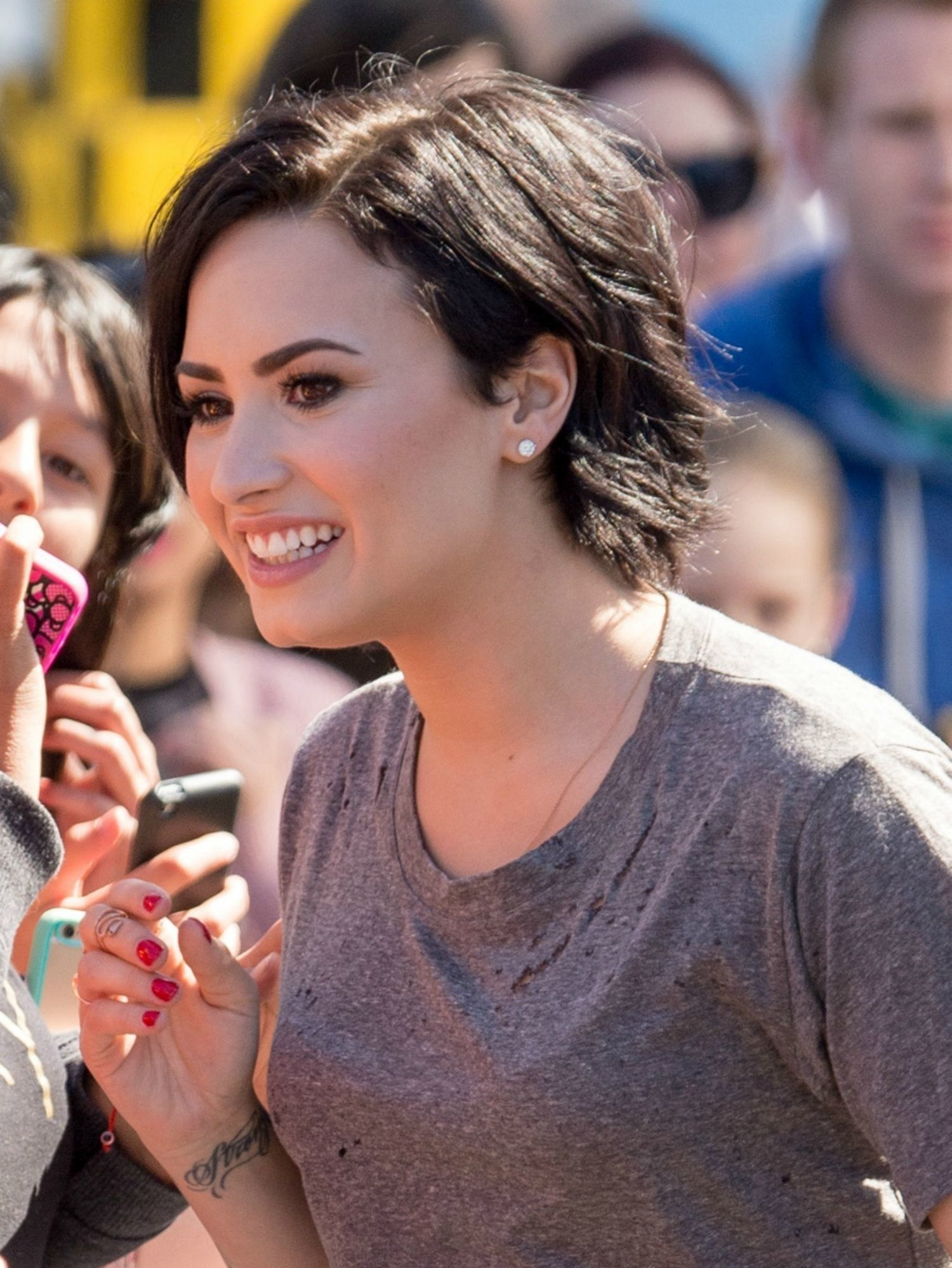 Demi lovatous haircut is crazy cutetake a look from every angle