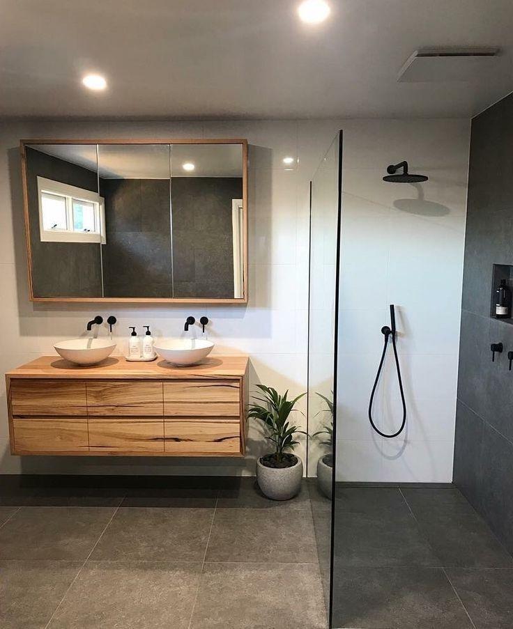Photo of Natürliches Badezimmer mit Holzwaschtisch im Blackbutt-Stil, schwarzen Armaturen und …