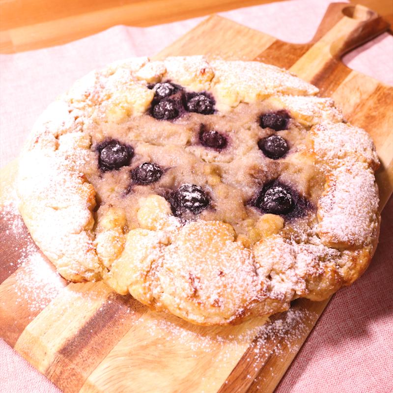 「HM&型なしでお手軽 ブルーベリーバナナタルト」の作り方を簡単で分かりやすい料理動画で紹介しています。ホットケーキミックスで作る、しっとりサクサクのタルトです。バナナの甘い風味とブルーベリーの甘酸っぱさがちょっぴりおしゃれな味わいです。混ぜてのせて焼くだけなので、お菓子初心者さんにもオススメです。ぜひお試しください。