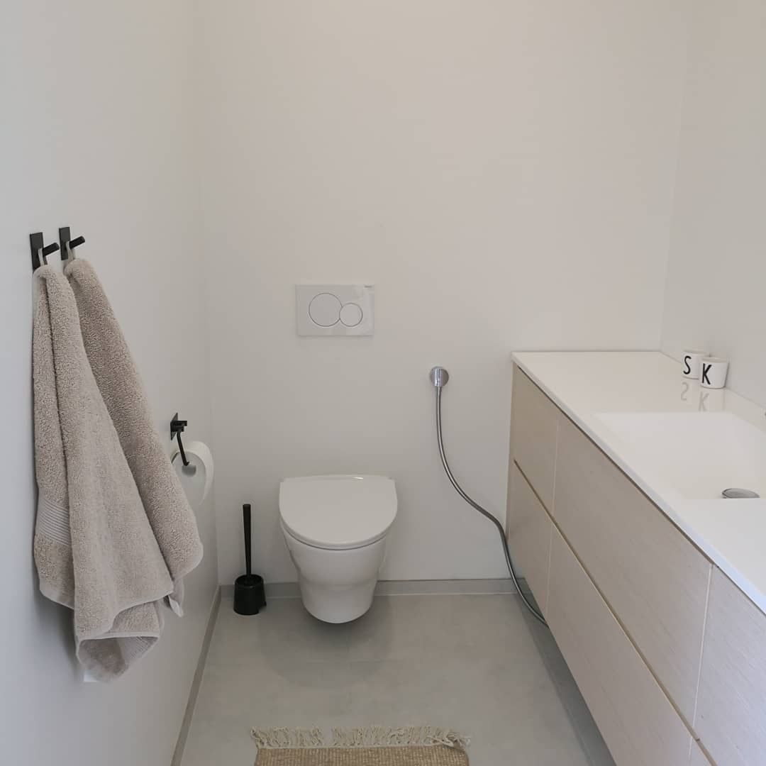 Virtuelle familien 2 wohnideen vaaleasävyinen wc tuo harmonian ja tilan tunnetta kapeampaankin