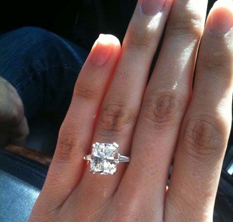 Love this ring! Yes! 💍 Classic Winston setting -- baguette sides and  center stone without halo