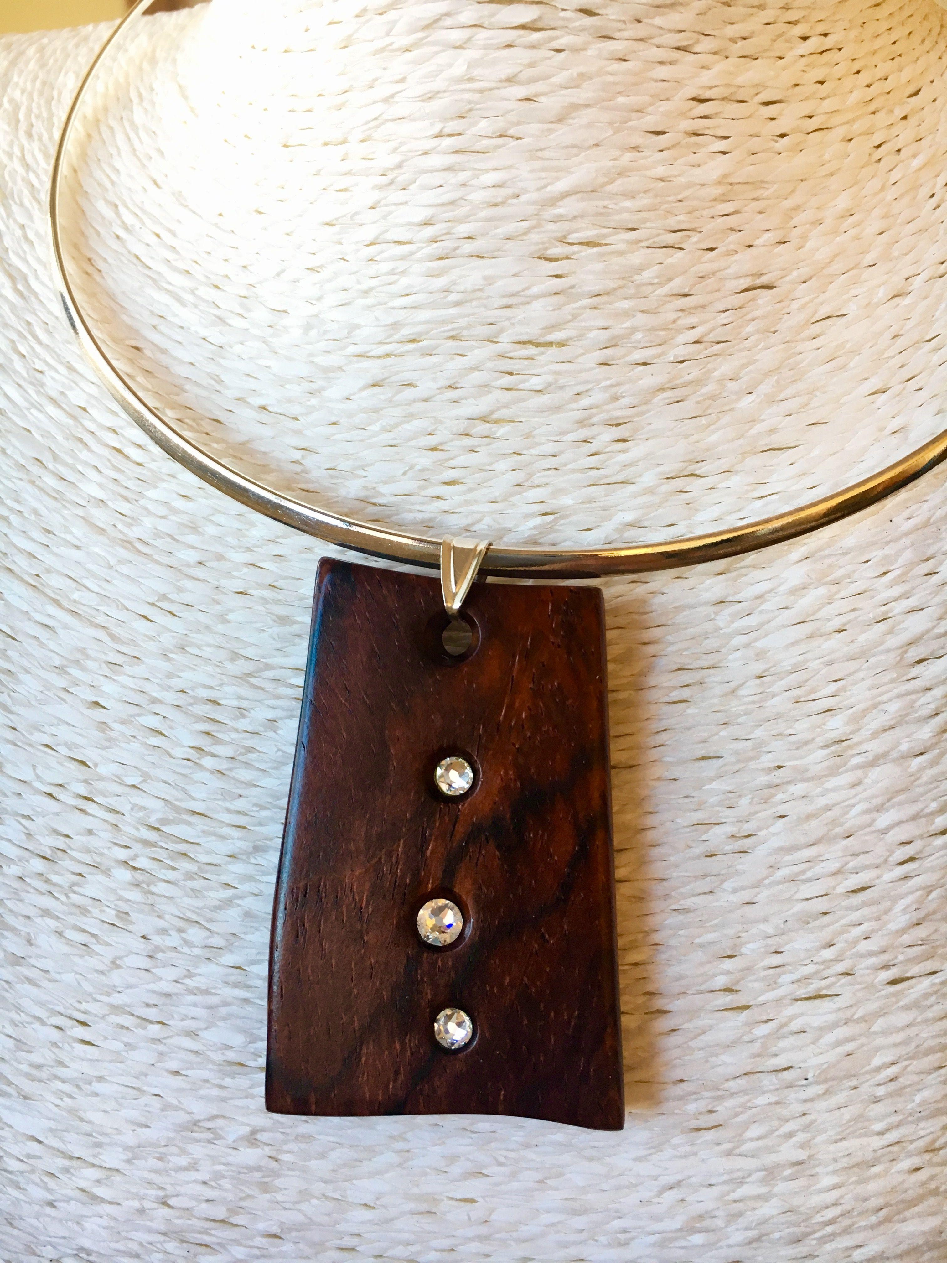Colgante de madera de cocobolo con incrustaciones de cristal Swarovski. Plata