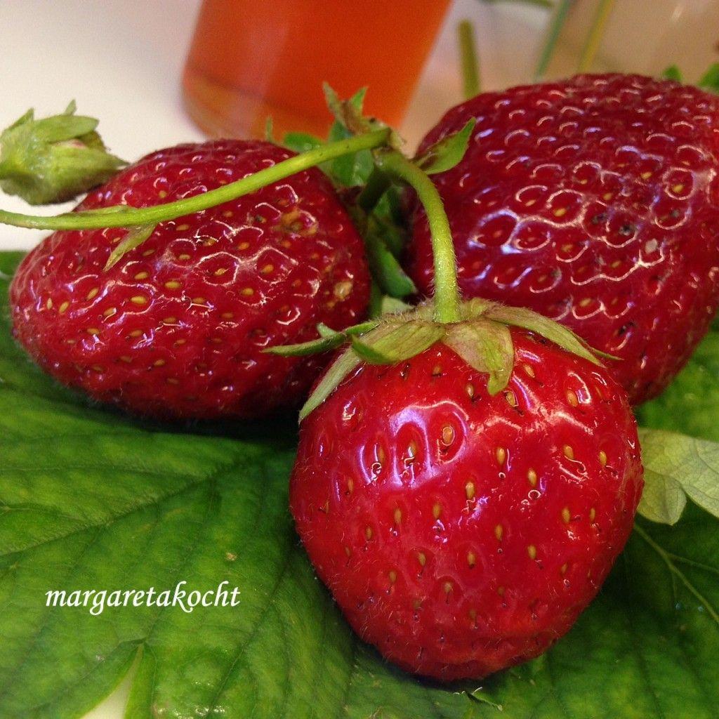 erfrischend süß-saurer Erdbeer-Sirup (und) Wir feiern Blogger-Geburtstag | verenakocht