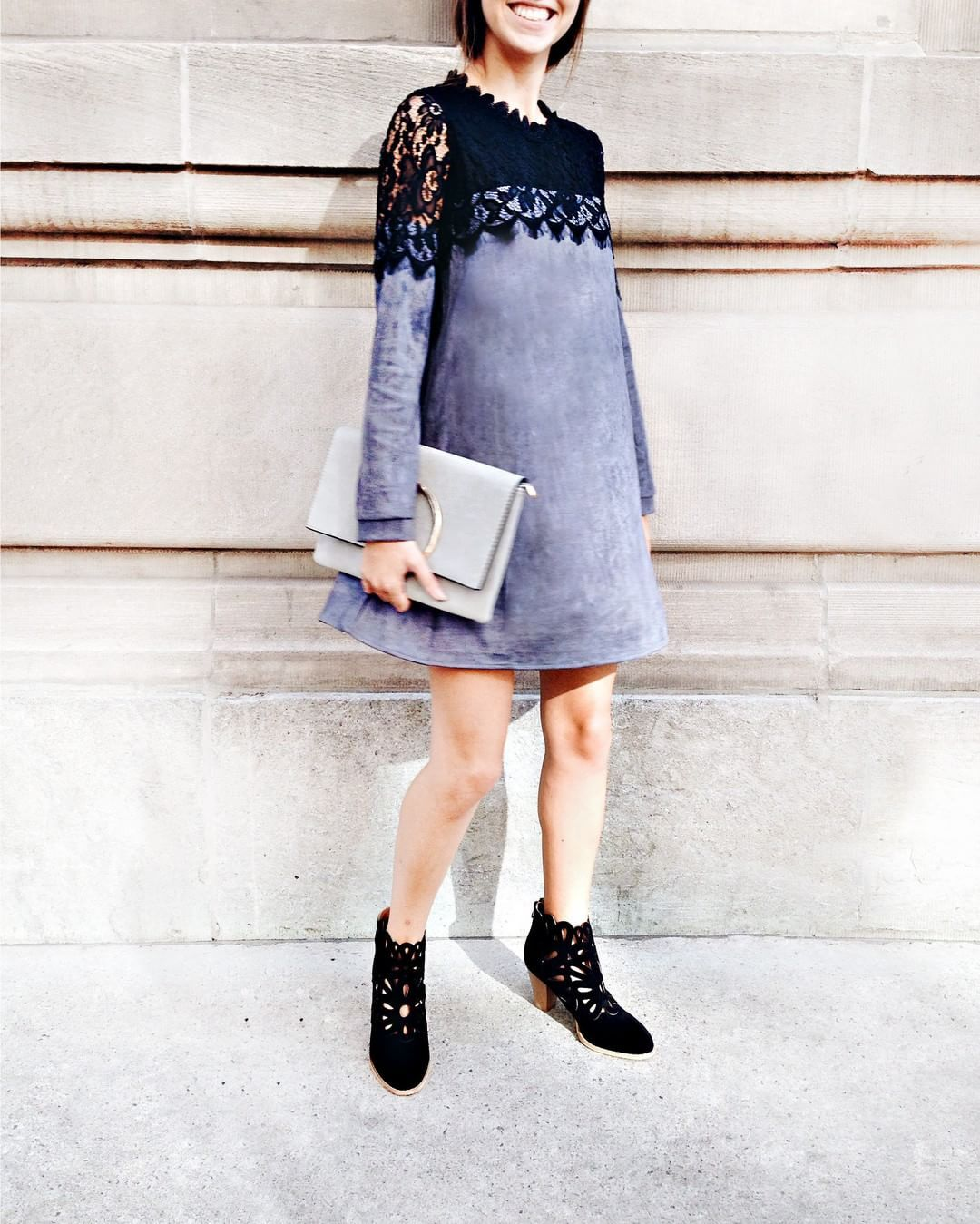 Les textures sont d'autant plus importantes en automne, c'est pourquoi nous aimons la robe Deniza 💙 - bottes : Samaipata - sac : en boutique...She sometimes wandered nonchalantly in the corridors of her great dwelling.