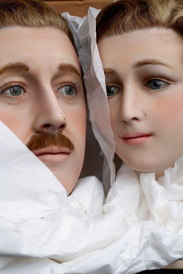 Восковые манекены, имитирующие живых людей, появились в начале XX века в связи со стремительным развитием модной индустрии. Эта пара была выполнена парижской фирмой Pierre Imans для Galeries Lafayette